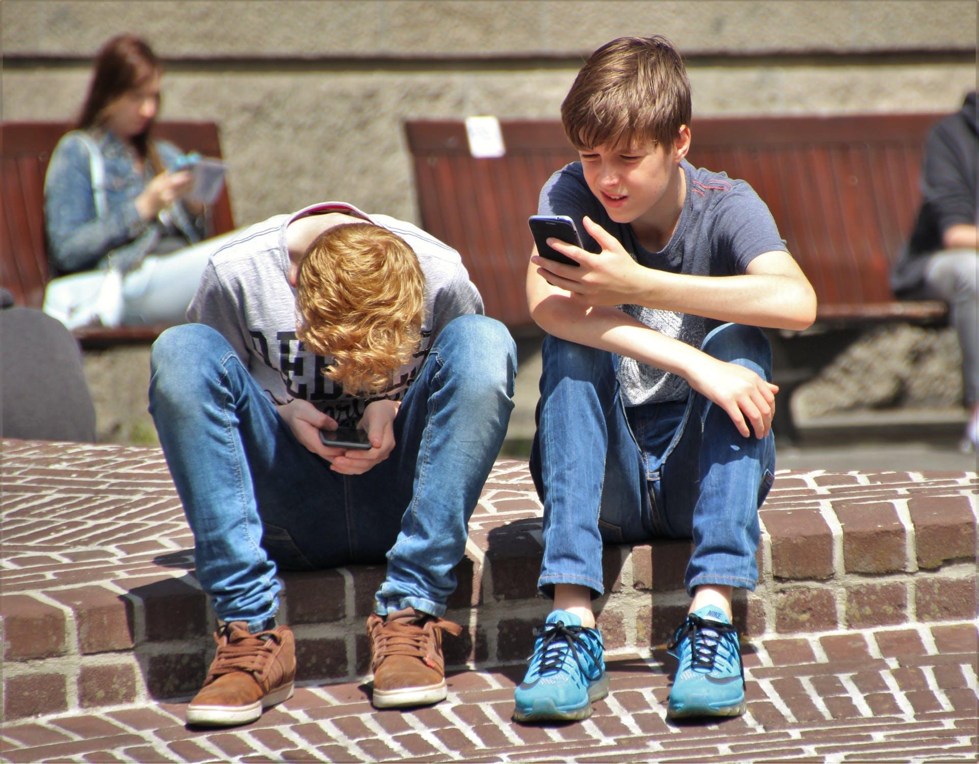 Vybíráme první mobil pro školáka, aneb za pár korun hodně muziky